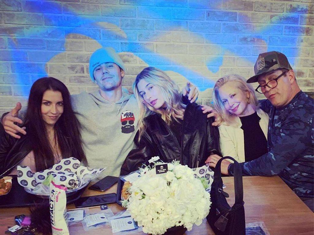 Romantis! Justin Bieber & Hailey Baldwin Kompak Ajak Orang Tua Saat Makan Burger