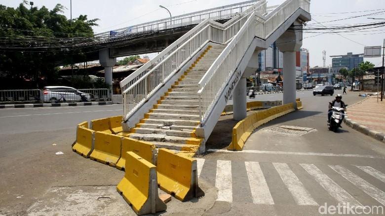penampakan-tangga-jpo-dewi-sartika-yang-ada-di-tengah-jalan