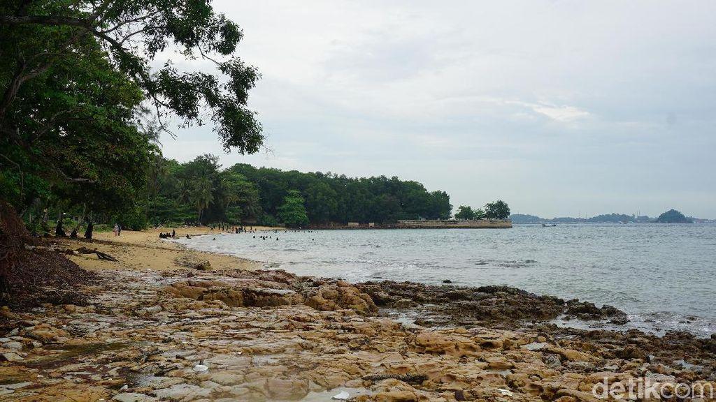 Foto Pantai di Bekas Reruntuhan Resor Mewah