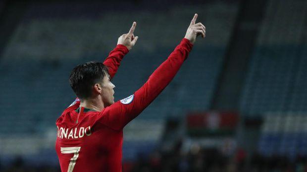 Cristiano Ronaldo mencetak hattrick ke gawang Lithuania.