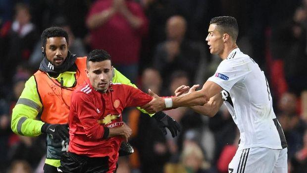 Seorang penyusup diamankan petugas di laga MU lawan Juventus.