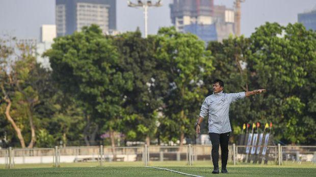 Indra Sjafri saat memimpin Timnas Indonesia U-23 latihan. (