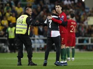 Ragam Penyusup di Laga-Laga Ronaldo: Minta Pelukan, Selfie, sampai Cium Pipi