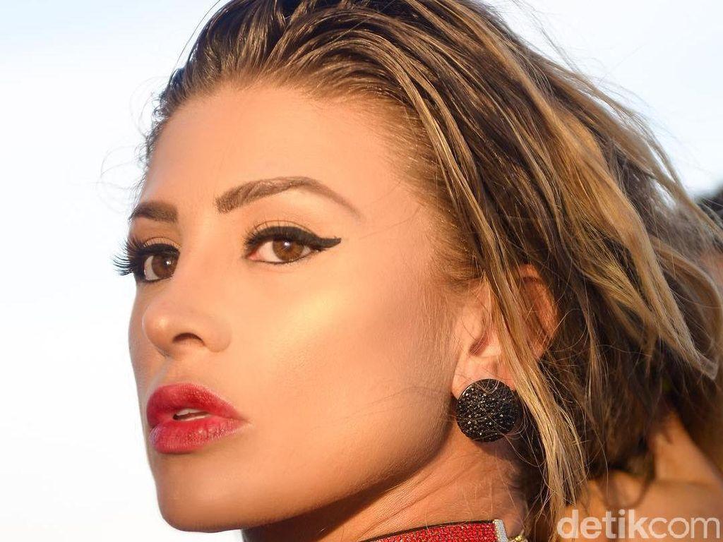 Model Playboy Dikecam PETA Karena Pakai Hewan Langka untuk Properti Selfie