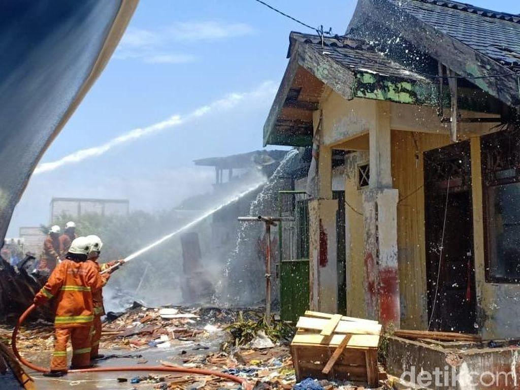 Seorang WNA Asal Belanda Terluka Dalam Kebakaran Gudang di Surabaya