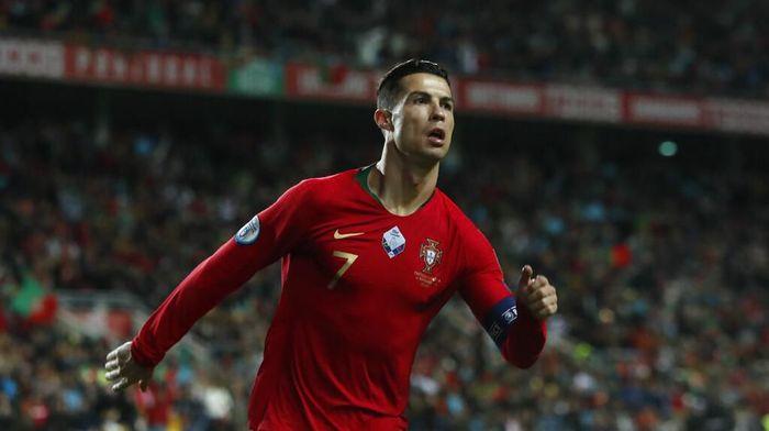 Cristiano Ronaldo bercanda dengan mengatakan, bisa membawa Brasil memenangi lima Piala Dunia. Foto: Armando Franca / AP Photo