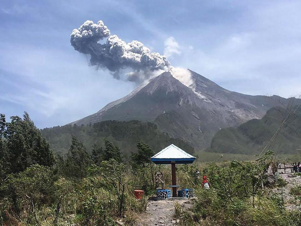 Meletus, Begini Penampakan Semburan Abu Vulkanik Merapi