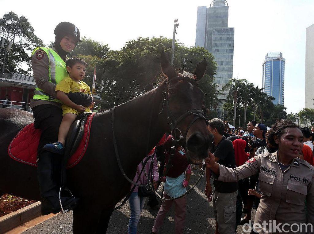 Polisi Berkuda Diserbu Warga di CFD
