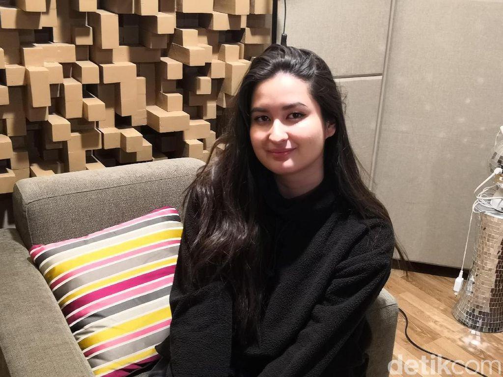 Bikin Haru, Stephanie Poetri Tulis Lagu Tentang Ibu untuk Titi DJ
