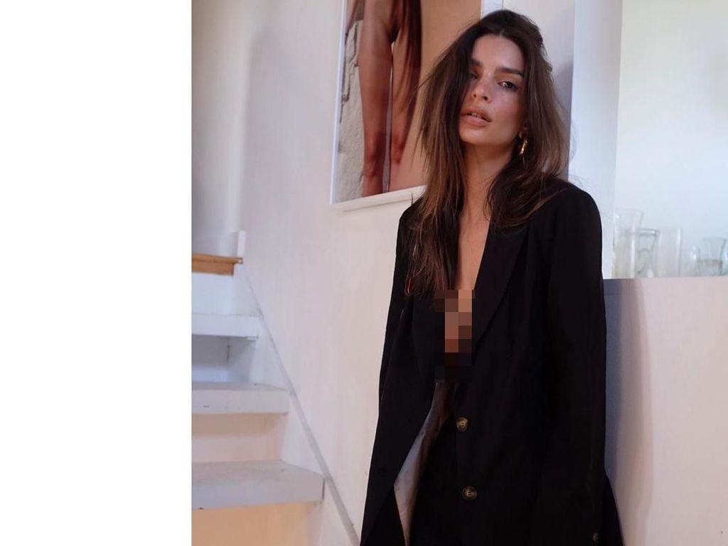 Emily Ratajkowski Pakai Blazer Tanpa Bra, Jadi Tren Fashion Kontroversial