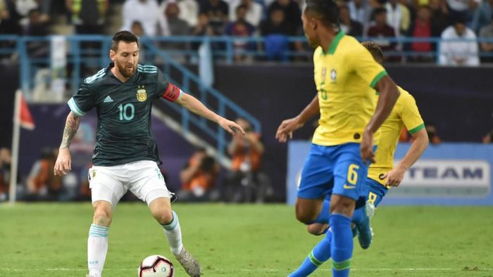 Thiago Silva mengecam tindakan Lionel Messi yang menyuruh diam Tite (Foto: Fayez Nureldine / AFP)