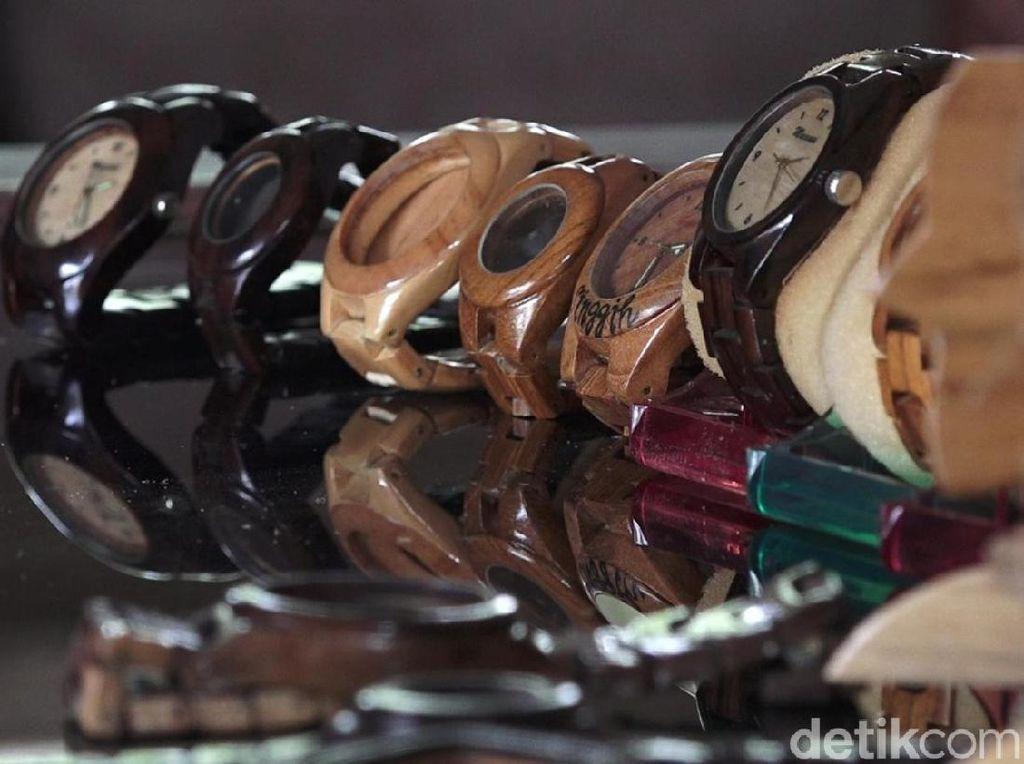Pria di Banyuwangi Sulap Limbah Kayu Jadi Jam Tangan Rp 450 Ribu