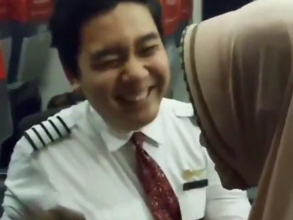 Cerita di Balik Video Viral Pramugara Lion Air Bantu Lansia