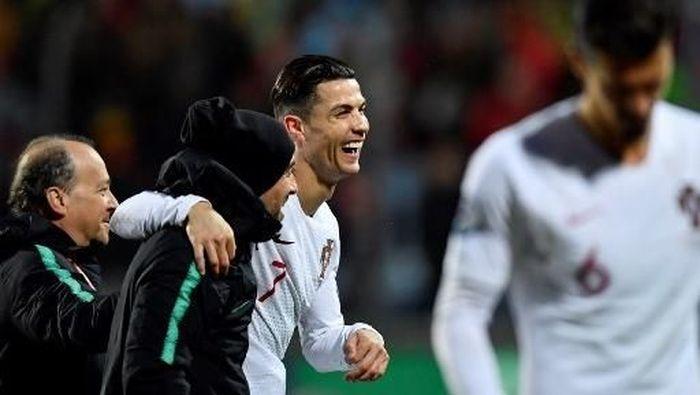 Cristiano Ronaldo akui kondisinya memang tak fit, sesuai yang dikatakan Maurizio Sarri. (Foto: JOHN THYS / AFP)