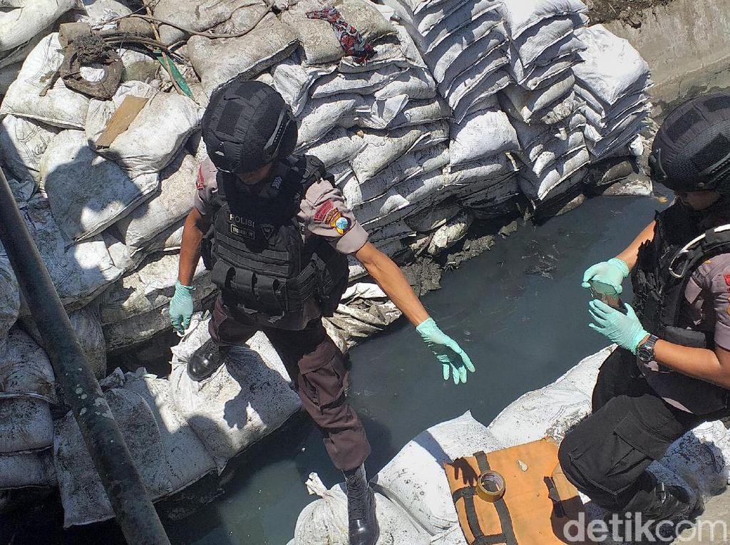 Pekerja Dinas PU Surabaya Temukan Granat Nanas Saat Normalisasi Kali