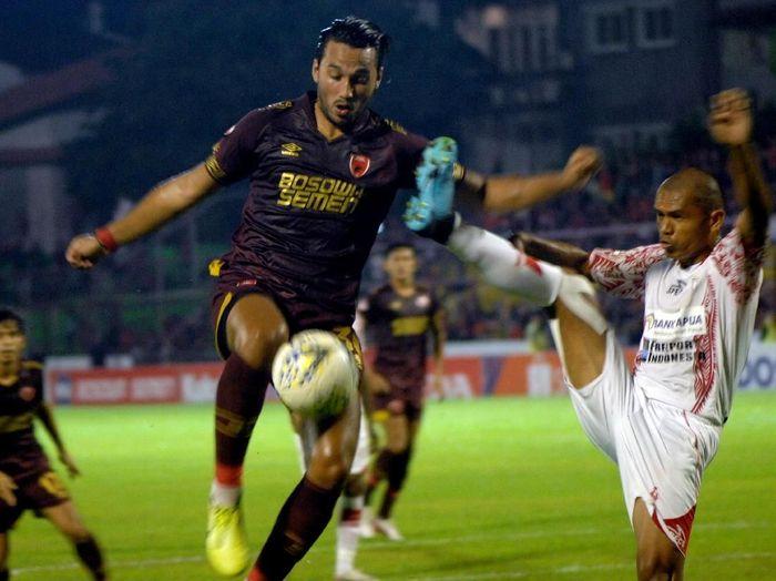 Pesepakbola PSM Makassar Ezra Walian (kedua kiri) berebut bola dengan Pesepakbola Persipura Jayapura Ricardo Salampessy (kanan) dalam lanjutan Liga 1 2019 di Stadion Andi Mattalatta, Makassar, Sulawesi Selatan, Senin (18/11/2019) malam. Tuan rumah PSM Makassar kalahkan Persipura Jayapura dengan skor 4-0 (3-0). ANTARA FOTO/Abriawan Abhe/ama.