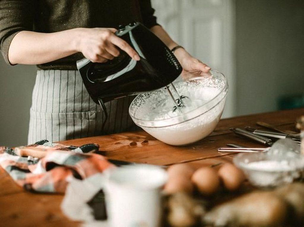 Syalnya Terlilit Mikser, Wanita Ini Tewas Saat Bikin Kue