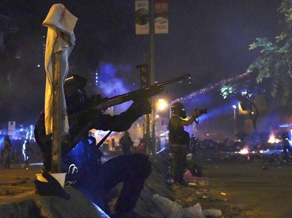 Polisi dan Demonstran Saling Serang di Kampus Hong Kong