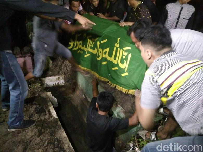 jenazah-pelaku-bom-bunuh-diri-di-medan-akhirnya-dimakamkan