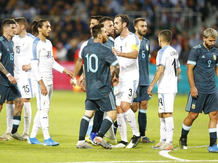 Momen saat Messi bersitegang dengan Uruguay. (Foto: Ariel Schalit/AP Photo)
