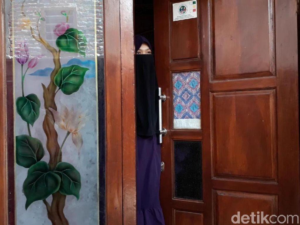 Istri Terduga Teroris di Pasuruan Yakin Suaminya Tak Terlibat Bom Medan