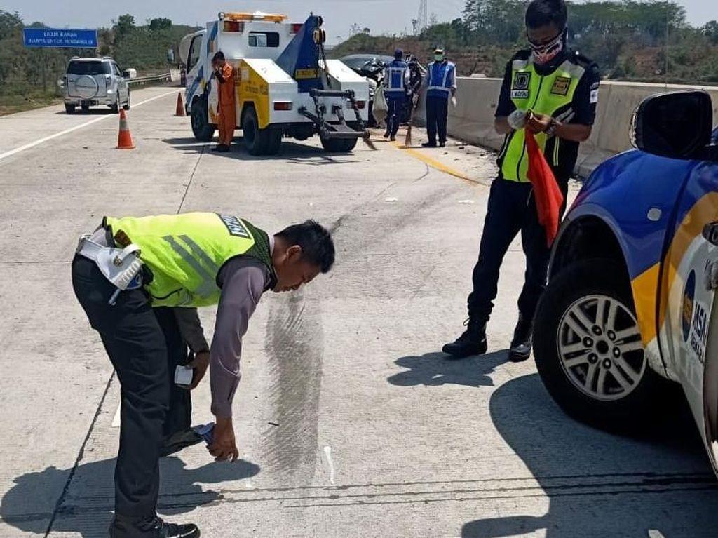 Mobil Seruduk Truk Tronton di Tol Batang, 3 Orang Tewas