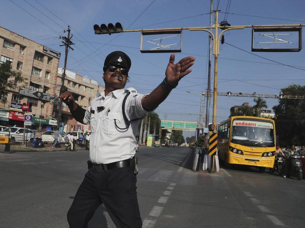 Aksi Unik Polisi India Mengatur Lalu Lintas Sambil Menari