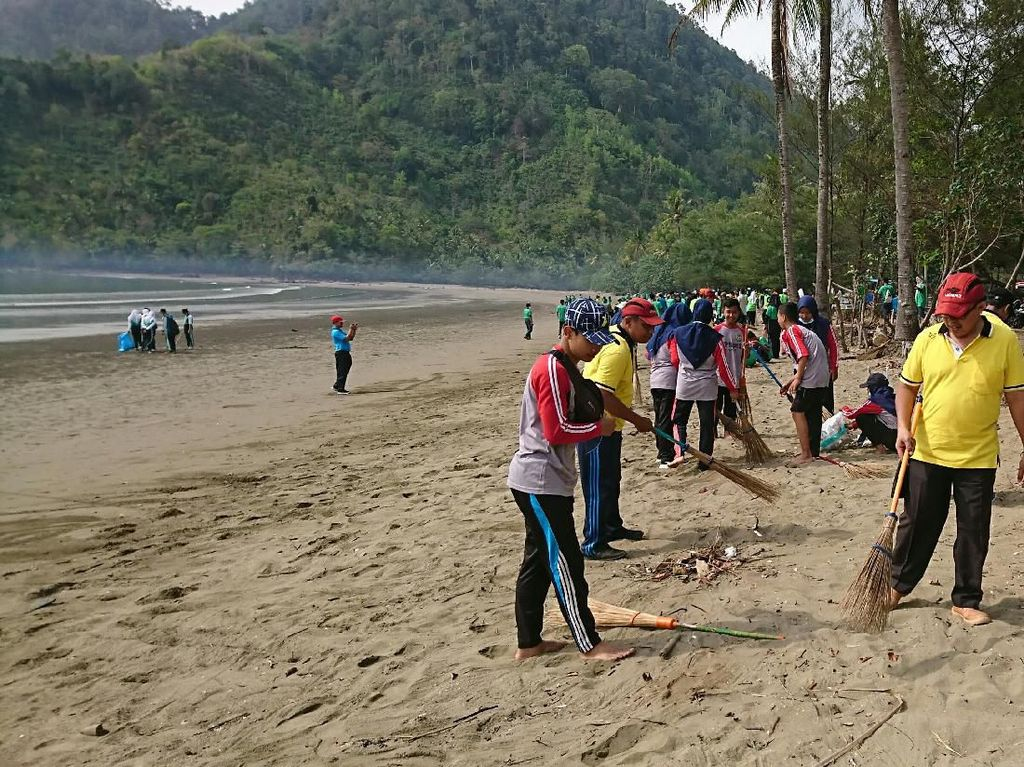 Seribu Warga Sapu Bersih Enam Pantai di Trenggalek