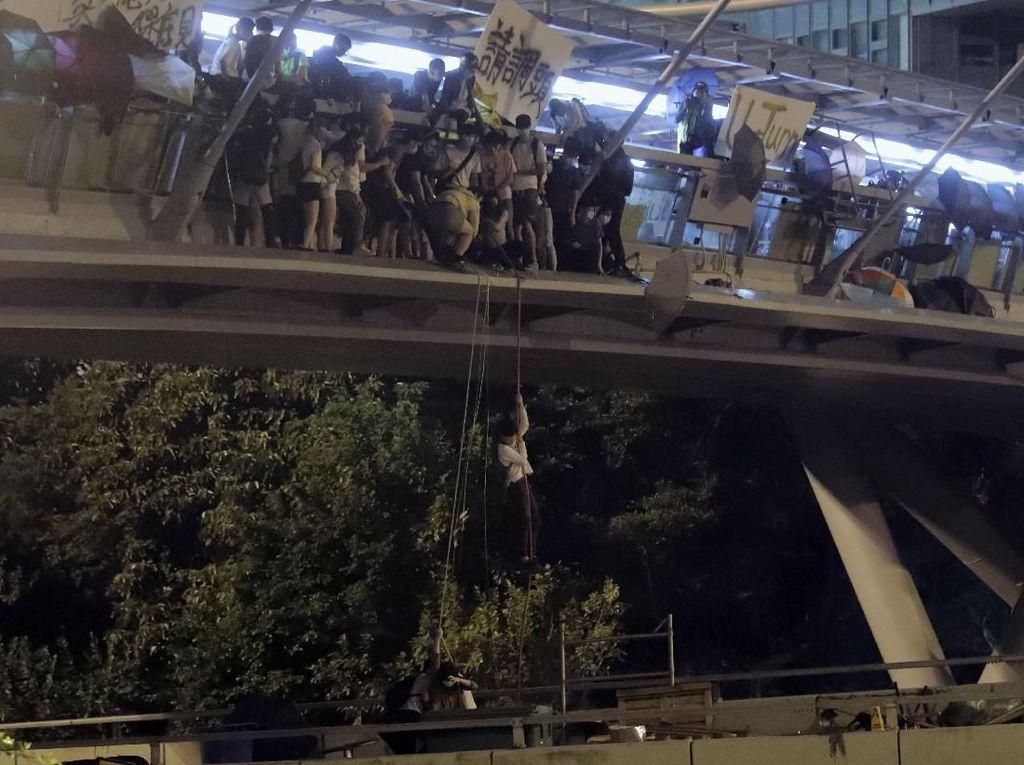 Saat Ratusan Demonstran Hong Kong Dikepung Polisi di Kampus