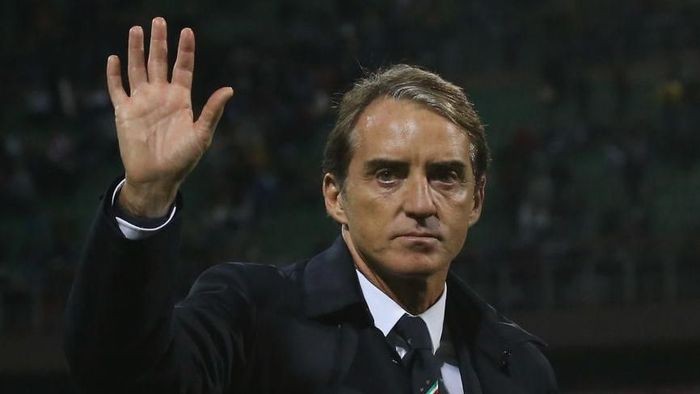 PALERMO, ITALY - NOVEMBER 18:  Head coach of Italy Roberto Mancini salutes after the UEFA Euro 2020 Qualifier between Italy and Armenia on November 18, 2019 in Palermo, Italy.  (Photo by Maurizio Lagana/Getty Images)