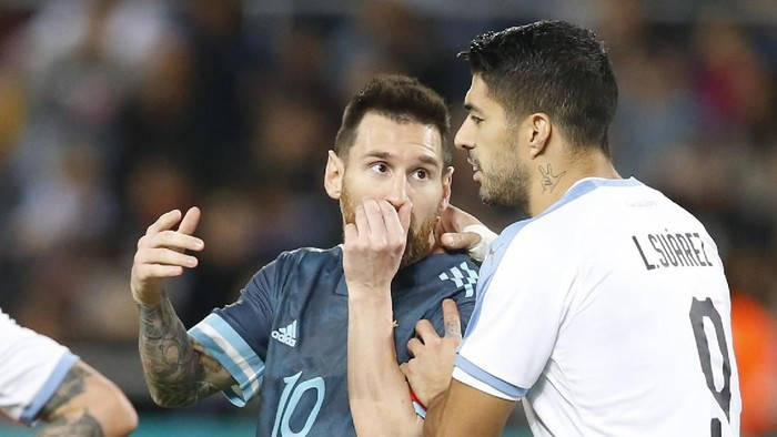 Argentinas Lionel Messi, left, speaks to Uruguays Luis Suarez during the international friendly soccer match between Argentina and Uruguay in Tel Aviv, Israel, Monday, Nov. 18, 2019. The match ended 2-2. (AP Photo/Ariel Schalit)