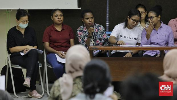 Para keluarga aktivis dan mahasiswa Papua memprotes penangkapan oleh kepolisian.