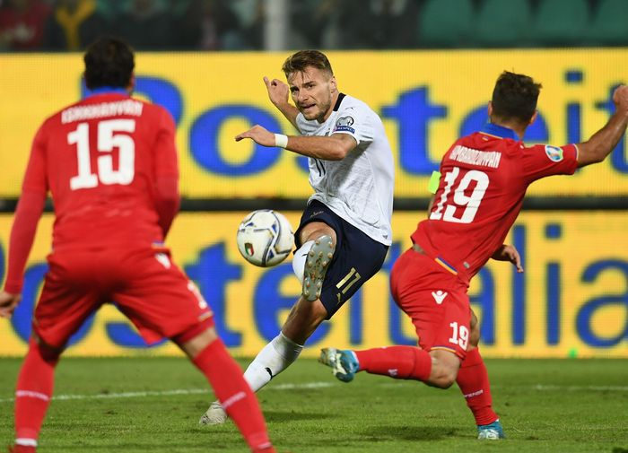 Gli Azzurri sudah unggul dua gol di sepuluh menit awal babak pertama. Immobile membuka keunggulan di menit ke-8 lewat sundulannya usai memanfaatkan umpan lambung Federico Chiesa. Claudio Villa/Getty Images.
