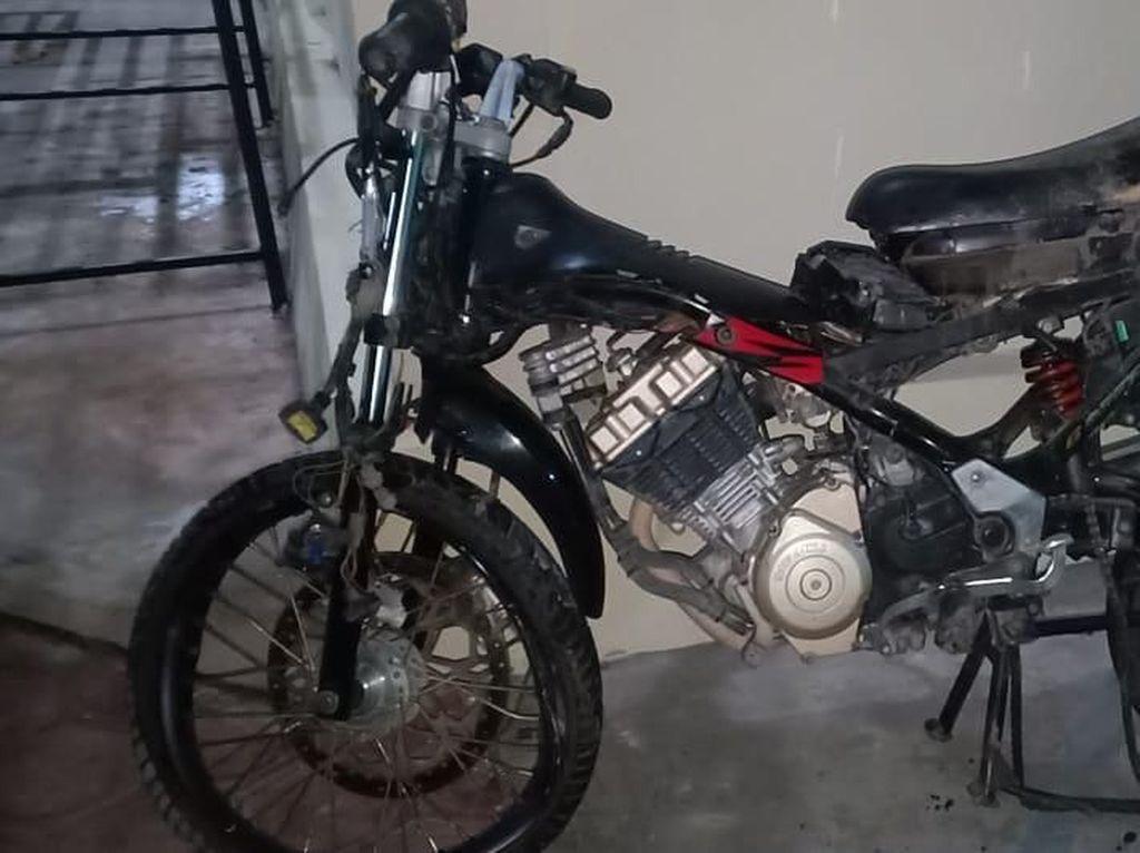 Gara-gara Tak Nyalakan Lampu, Motor Ini Adu Banteng dengan Truk