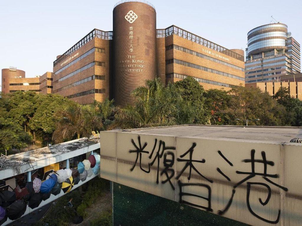 Usai Bentrokan Sengit, 100 Demonstran Hong Kong Dikepung Polisi di Kampus