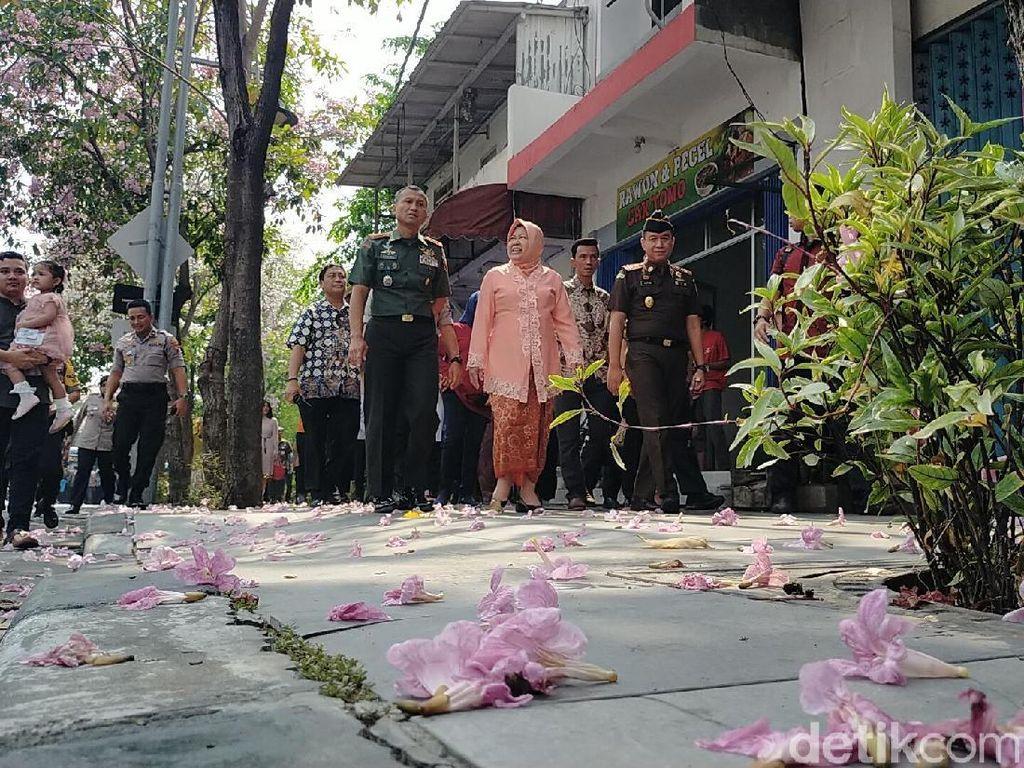 Ultah ke-58, Risma Ajak Pejabat Nikmati Mekarnya Tabebuya