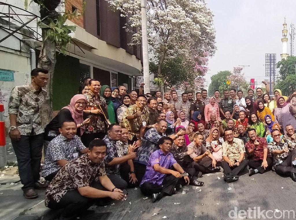 Ultah ke-58, Risma Ajak Forkopimda Surabaya Nikmati Tabebuya Bermekaran