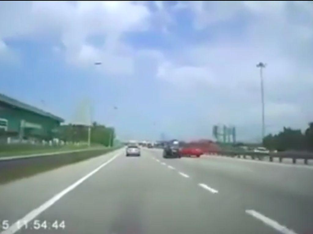 Tidak Pakai Seatbelt Penumpang Terlempar Keluar, Untung Masih Hidup!