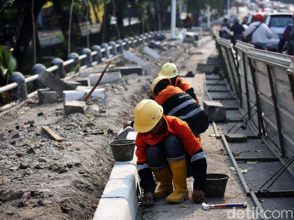 Potret Pekerja Percantik Trotoar Jalan Tomang Raya