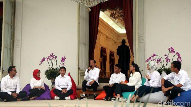 Presiden Jokowi saat mengenalkan 7 stafsus milenial.
