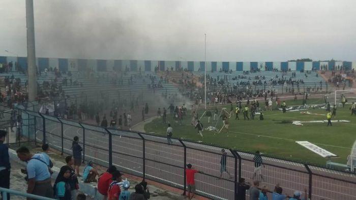 Persela Lamongan vs Badak Lampung diwarnai kericuhan suporter. (Foto: Eko Sudjarwo)