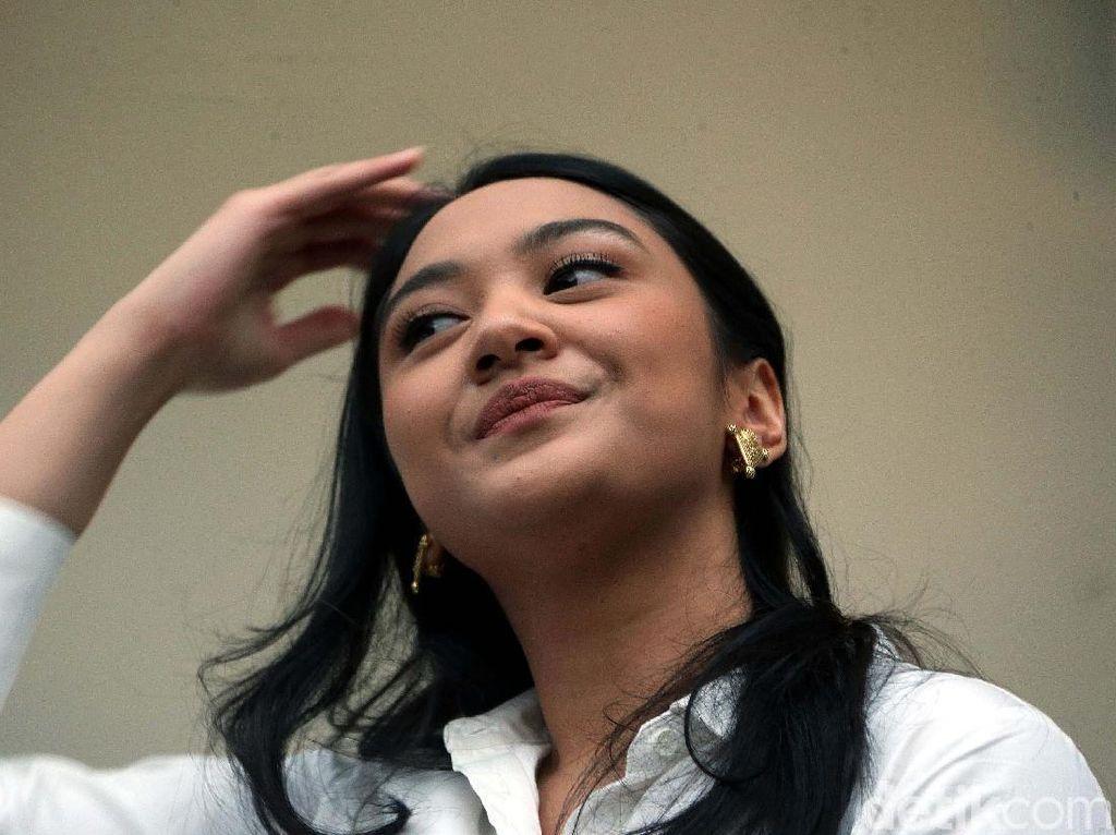 Senyum Putri Tanjung saat Diperkenalkan Sebagai Stafsus Jokowi