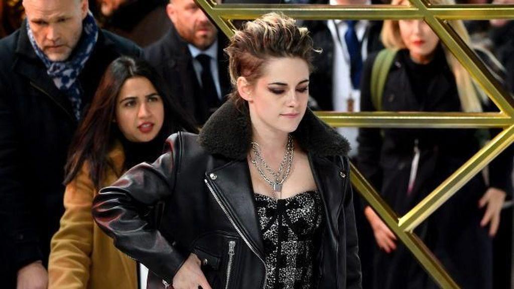 Pakai Sneakers, Kristen Stewart Curi Atensi di Red Carpet Charlies Angels