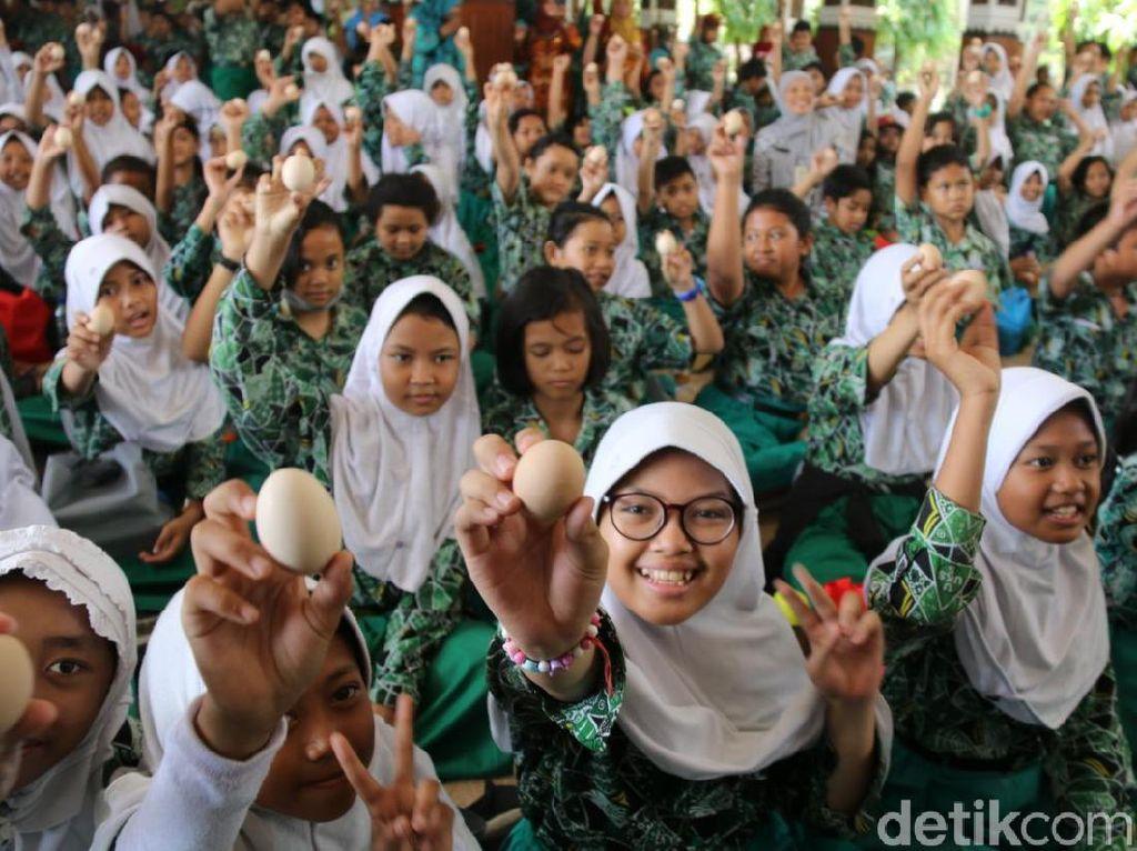 Tepis Isu Telur Sidoarjo Terkontaminasi, Bupati Ajak Ribuan Anak Makan Telur