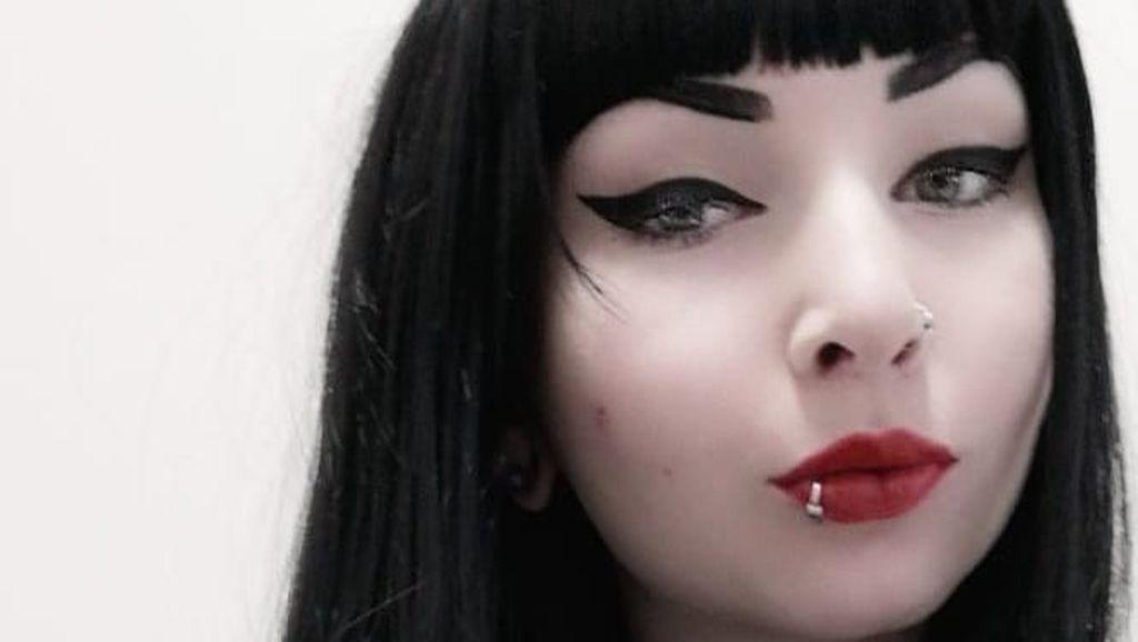 Penampakan Wanita Terobsesi Jadi Vampir, Pasang Gigi Taring Permanen