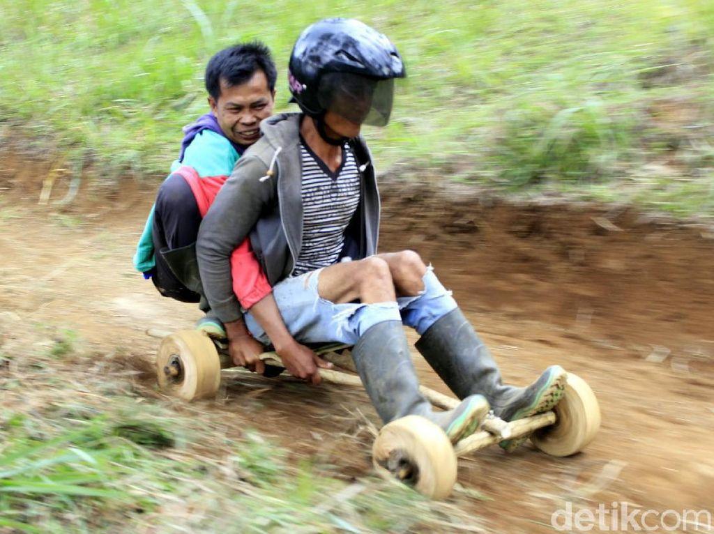 Foto: Balapan Seru Naik Kadaplak, Gokart Asli Cimahi