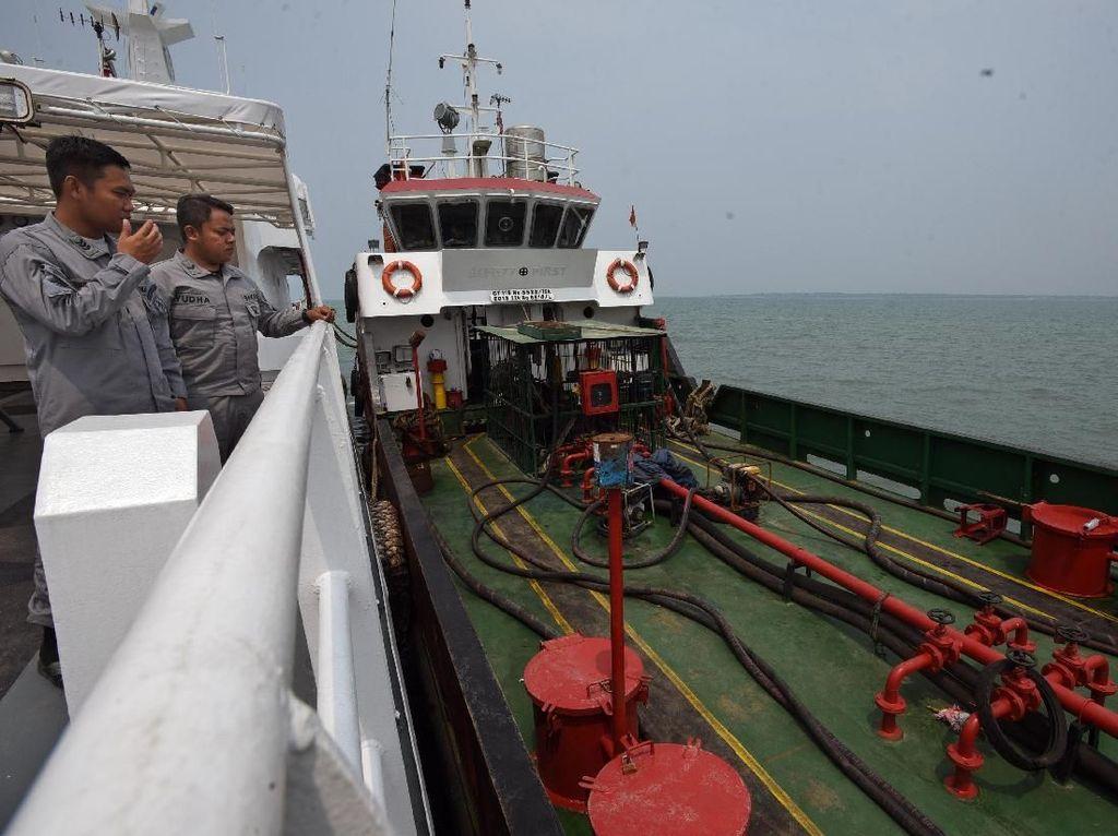 Penampakan Kapal Pengangkut BBM Ilegal yang Ditangkap Bakamla