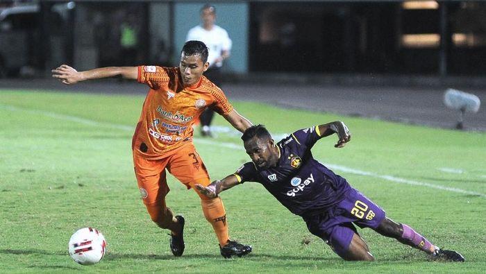 Persik Kediri mengalahkan Persiraja lewat adu penalti di semifinal Liga 2 2019, untuk lolos ke final dan promosi ke Liga 1 2020. (Foto: ANTARA FOTO/Fikri Yusuf/pd)