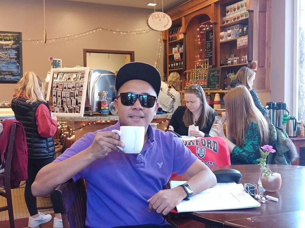 Kulineran Seru Billy Mambrasar, Anak Penjual Kue yang Kini Jadi Stafsus Jokowi
