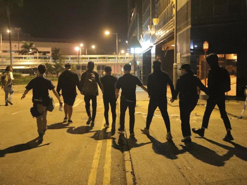 Akhirnya Menyerah, Puluhan Demonstran Hong Kong Keluar dari Kampus